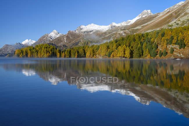 Scenic view of Lake and mountain landscape, Engadin valley, Graubunden, Switzerland — Stock Photo