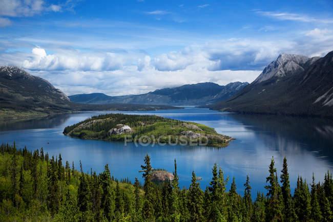 Vista panoramica dell'isola di Bove, Lago Tagish, Yukon, nord della British Columbia, Canada — Foto stock