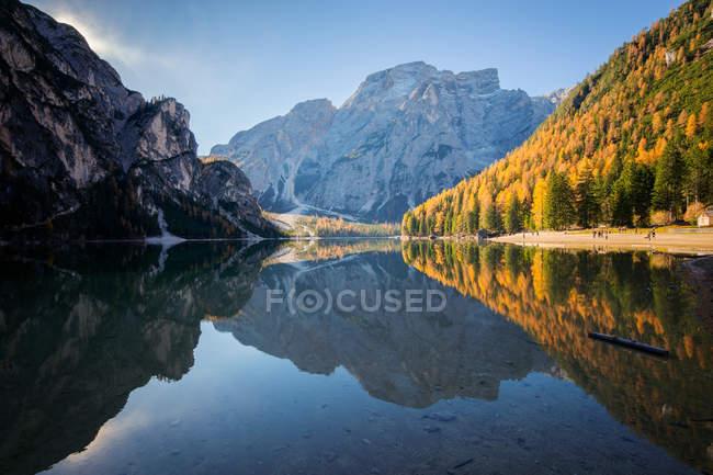 Vue panoramique sur le lac de Braies en Dolomite montagnes, Haut-Adige, Italie — Photo de stock