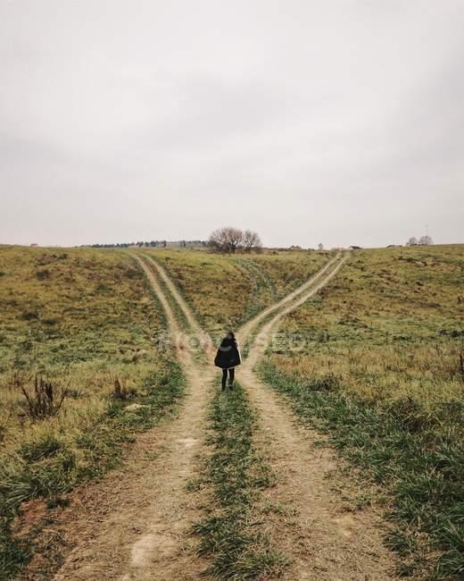 Mulher de pé em uma encruzilhada — Fotografia de Stock