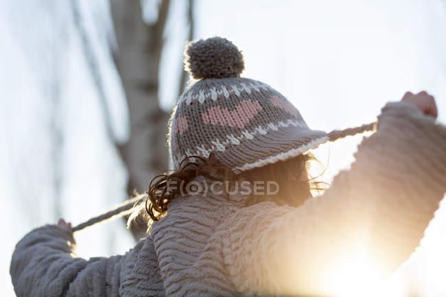 Девочка тянет за веревку шляпу — стоковое фото