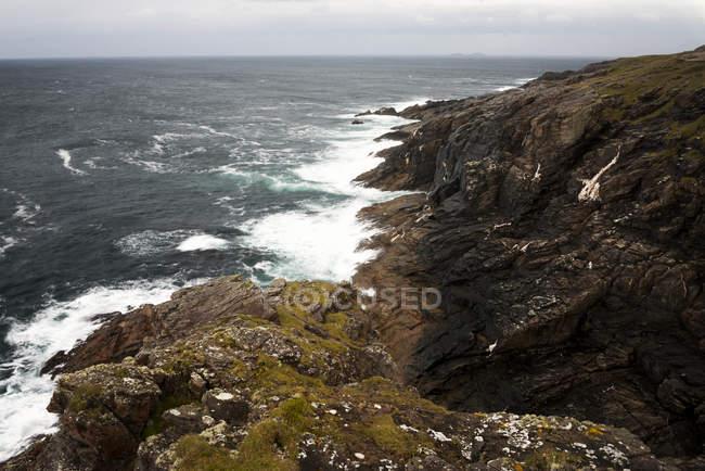 Живописный вид на скалы и океан, Малин голову, Донегол, Ирландия, Великобритания — стоковое фото