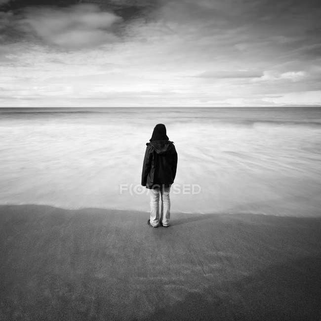 Visão traseira do homem de pé em uma praia, Islândia — Fotografia de Stock