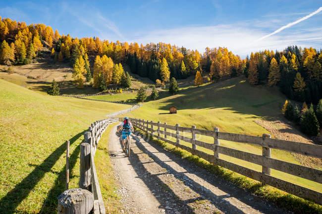 Woman mountain biking in Dolomites, South Tyrol, italy — Stock Photo