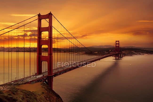 Vista panorámica de Sunrise Over Golden Gate Bridge, San Francisco, California, América, Usa. - foto de stock
