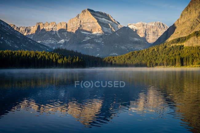 Reflexión del Monte Gould en el Lago Sherburne, Parque Nacional Glaciar, Montana, América, EE.UU. - foto de stock