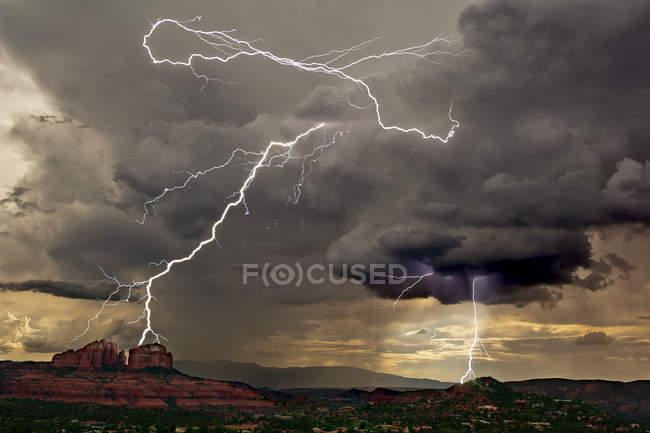 Vista panorâmica de Lightning sobre Cathedral Rock, Arizona, América, EUA — Fotografia de Stock