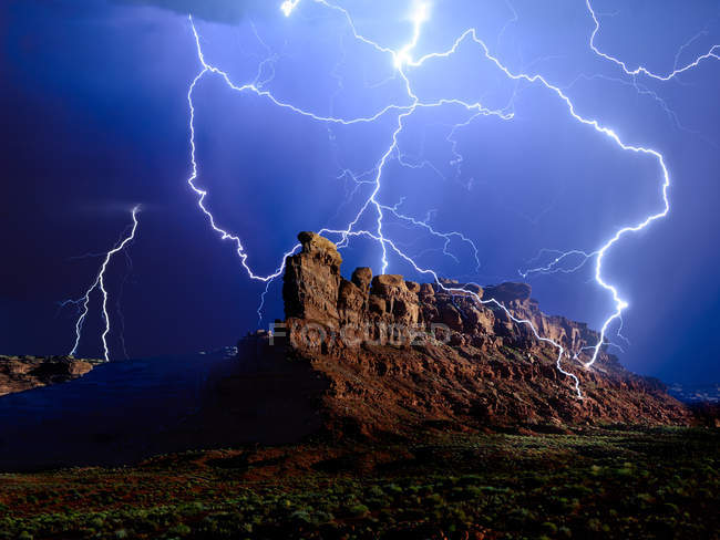 Malerische Aussicht des Blitzes über Battleship Rock, Valley of the Gods, Utah, Amerika, Usa — Stockfoto