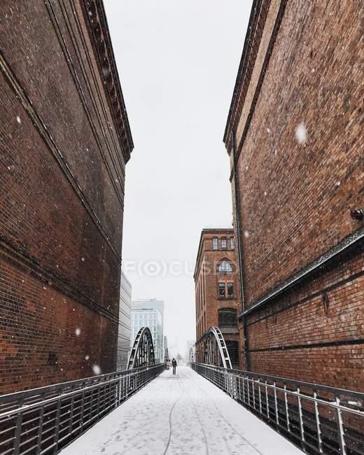Scenic view of Person walking across bridge in Speicherstadt, Hamburg, Germany — Stock Photo