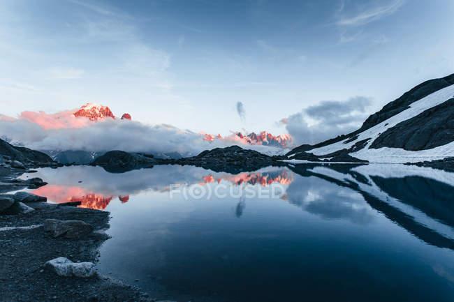 Vue panoramique sur le Lac Blanc et les Alpes françaises, Chamonix-mont-blanc, France — Photo de stock