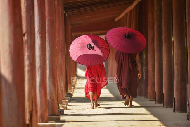Два новачки - монахи, які пройшли через стародавній храм, Баган (М