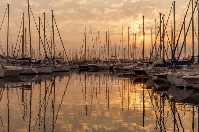 Yates amarrados en el puerto al amanecer, Antibes, Costa Azul, Francia - foto de stock