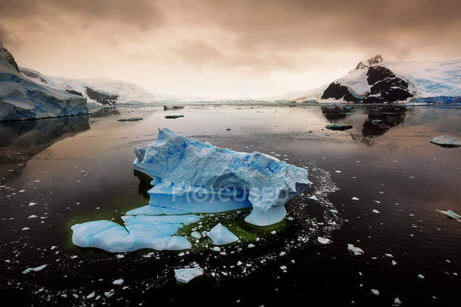 Scenic view of Icebergs in Lemaire Channel at sunset, Antarctica — Stock Photo
