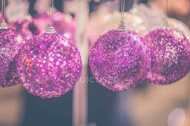 Close-up vista de rosa Natal bauble decorações — Fotografia de Stock
