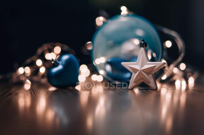 Boules de Noël, étoiles et lumières de fées — Photo de stock