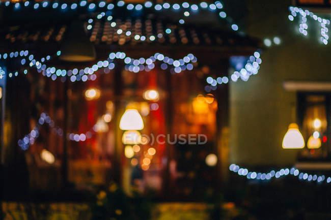 Verschwommenes Bild von Haus mit Weihnachtsbeleuchtung Dekoration — Stockfoto