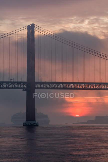 Vue panoramique du pont 25 de abril au coucher du soleil, Lisbonne, Portugal — Photo de stock