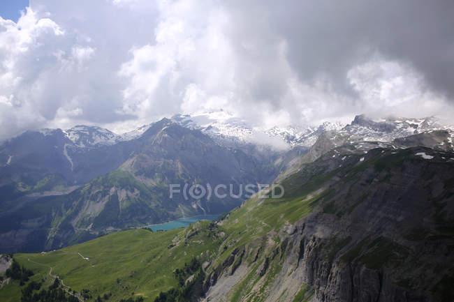 Живописный вид на высокогорное озеро, гора Wetzsteinhorn, Tseuzier, Швейцария — стоковое фото