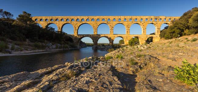 Vista panorámica del acueducto Pont Du Gard sobre el río Gardon, Francia - foto de stock