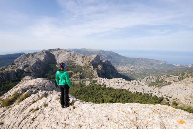 Mujer de pie en la cima de la montaña, Mallorca, España - foto de stock