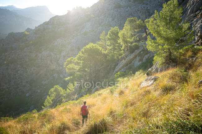 Una giovane donna che cammina nel backcountry dell'isola spagnola di Maiorca . — Foto stock