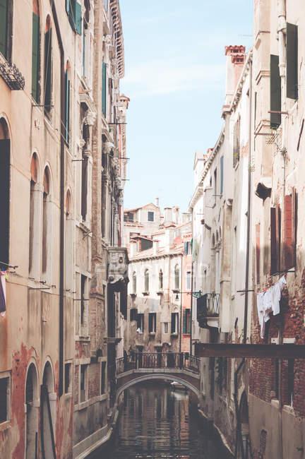 Vue panoramique des bâtiments le long d'un Canal, à Venise, Italie — Photo de stock