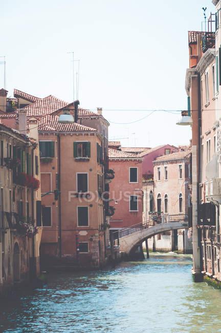 Живописный вид зданий вдоль канала, Венеция, Италия — стоковое фото