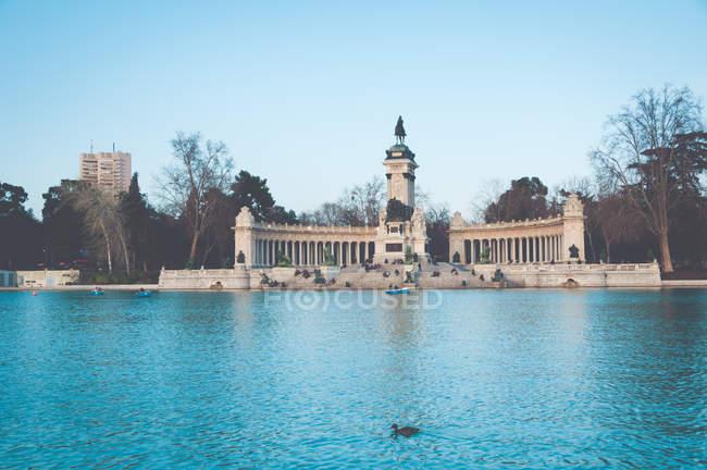 Vista del monumento a Alfonso Xii y lago, Parque del Buen Retiro, Madrid, España - foto de stock