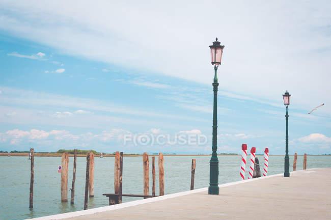Lampadaires le long du secteur riverain, Burano ile, Venise, Italie — Photo de stock