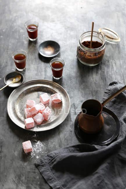 Composizione di turkish delight e caffè sul tavolo — Foto stock