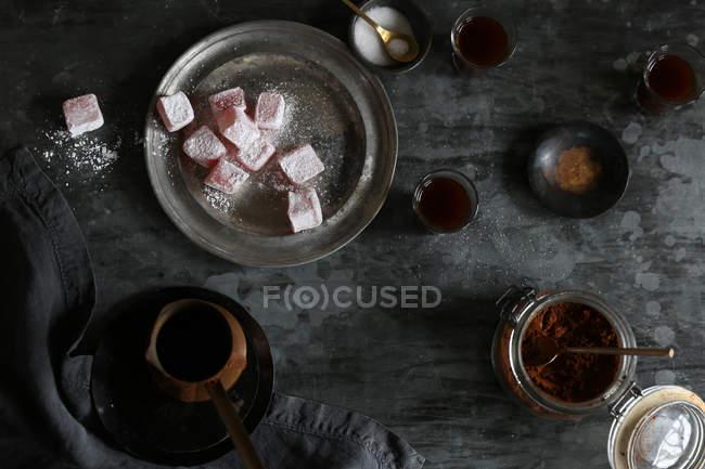 Vista superiore di turkish delight e caffè sul tavolo rustico — Foto stock