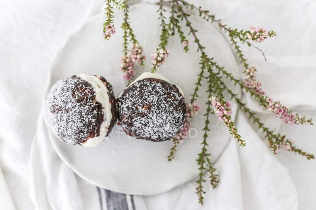 Lamingtonkuchen auf einem Teller von oben — Stockfoto