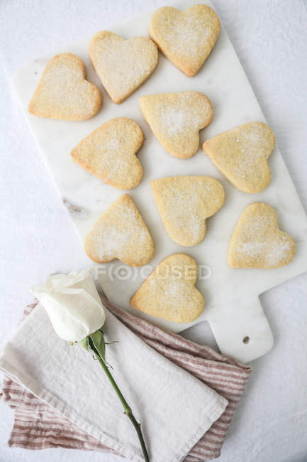 Biscoitos shortbread, visão elevada em forma de coração — Fotografia de Stock