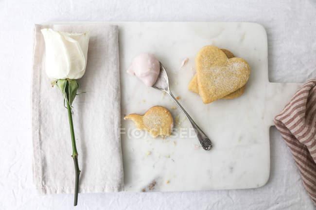 Biscoito do shortbread com uma rosa em forma de coração — Fotografia de Stock