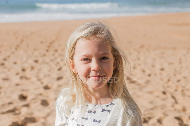 Ritratto di una ragazza sorridente sulla spiaggia — Foto stock
