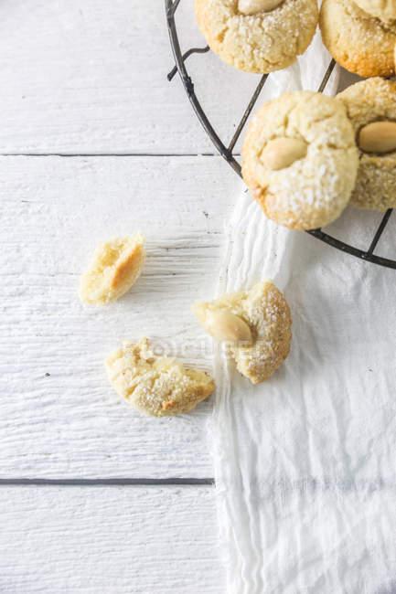 Primer plano de Macarons de almendra sobre una rejilla para enfriar - foto de stock