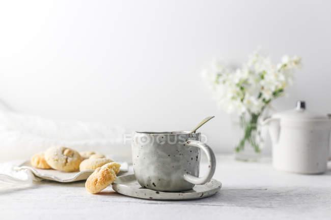 Tasse de thé et macarons aux amandes sur la table — Photo de stock