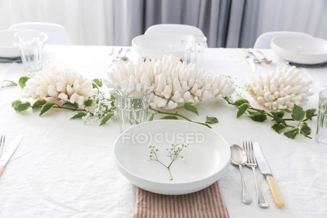 La vista de cierre de la decoración de la mesa y los ajustes del lugar. - foto de stock