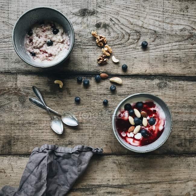 Миски мюслі, йогурт і Чорниця і горіхи — стокове фото