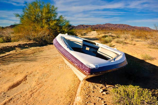 Barca abbandonata su una strada vicino a Salome, Arizona, America, USA — Foto stock