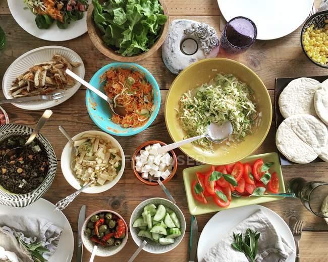 Вид зверху салат-бар на стіл — стокове фото