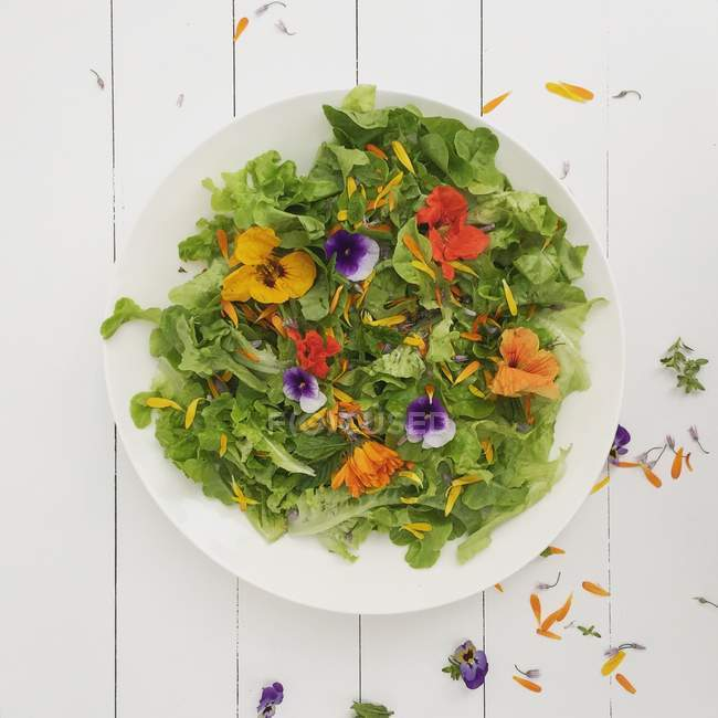 Top view of salad with edible flowers — Stock Photo