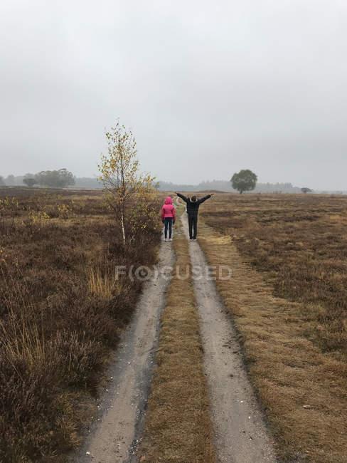 Mädchen und Junge auf dem Fußweg, laren, holland — Stockfoto