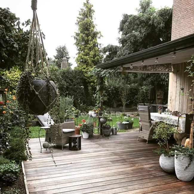 Vista panorâmica do pátio de madeira em um jardim — Fotografia de Stock
