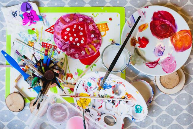 Детский рисунок краской и кисточкой — стоковое фото