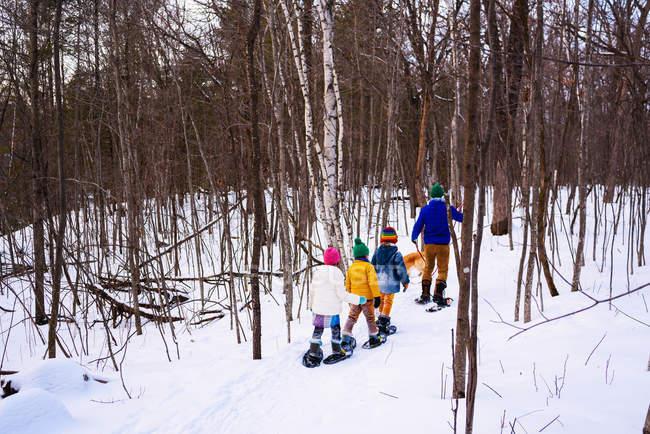 Familie Schneeschuhwandern mit Golden Retriever Hund — Stockfoto