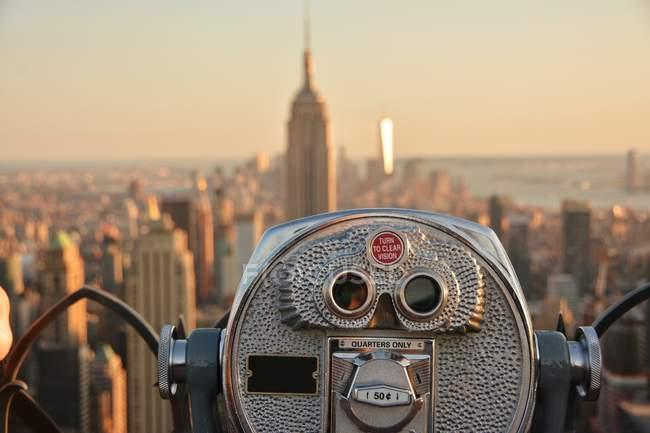 Бинокль с видом на Нью-Йорк и Эмпайр-стейт-билдинг, Америка, США — стоковое фото