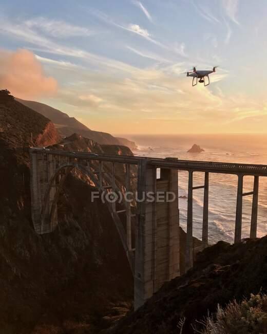 Drone sorvolando Bixby Bridge al tramonto, California, America, USA — Foto stock