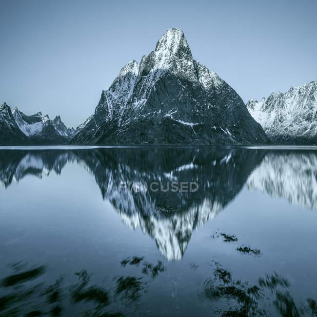 Vista panorâmica de reflexões de montanha no fiorde, Lofoten, Noruega — Fotografia de Stock