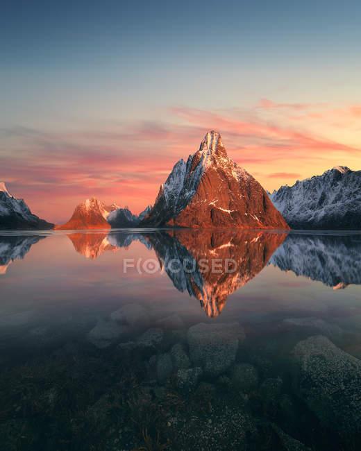 Vista panorámica del amanecer sobre las montañas, Lofoten, Noruega - foto de stock